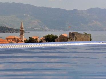 Vue de la piscine sur la vieille ville de Budva